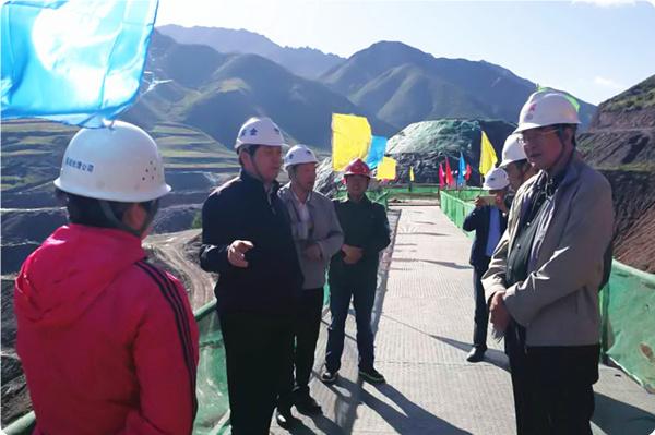 集团公司董事长杨国一行到由我局承建的青海浪加水库、牙扎水库调研慰问