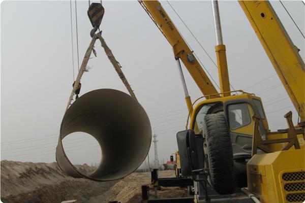 宁东供水管线2台25T吊车吊装钢管