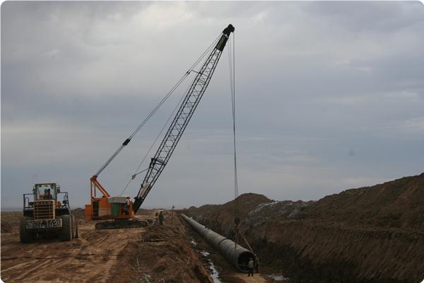 施工中的准东供水管道